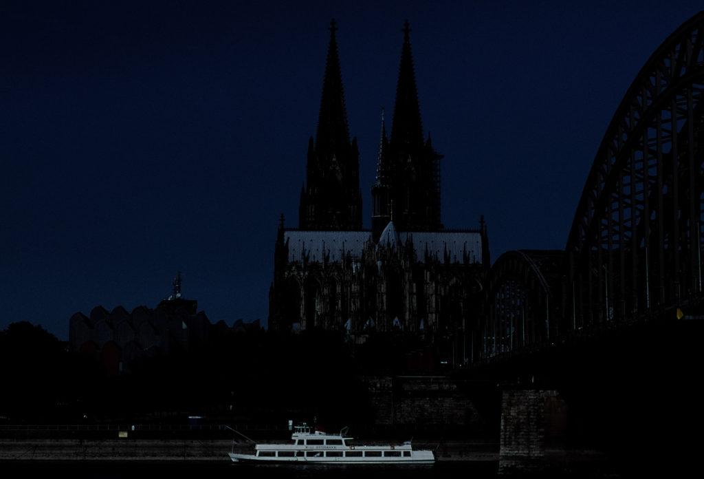 Analogfotografie stark unterbelichtet. Test mit Dia Film am Rhein