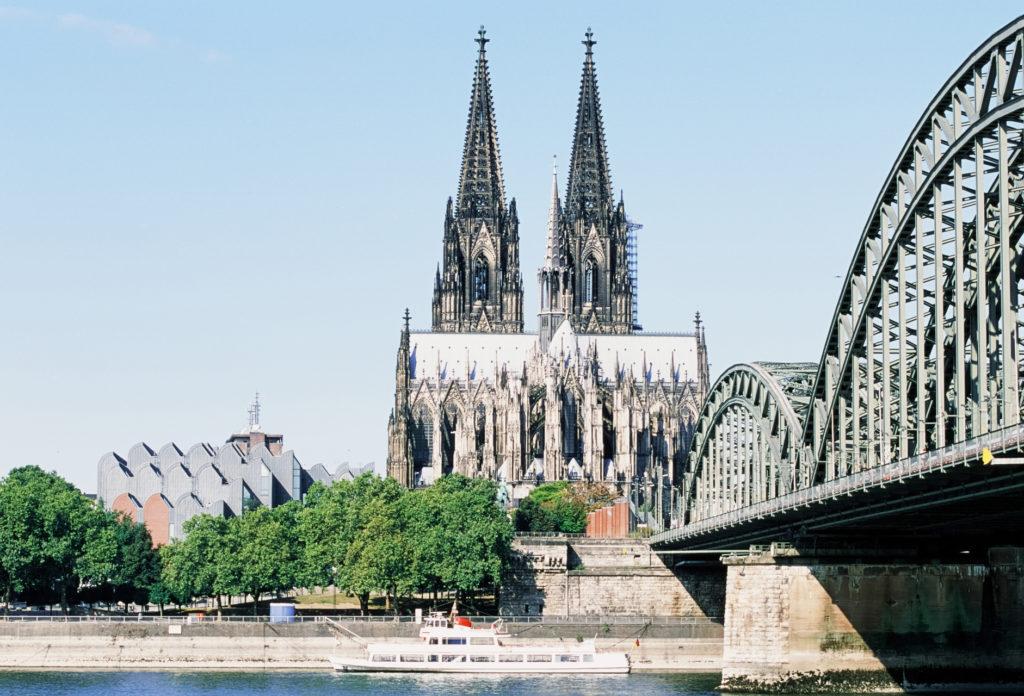 Diafilm um eine Blende überbelichtet. Testaufnahme Rheinufer
