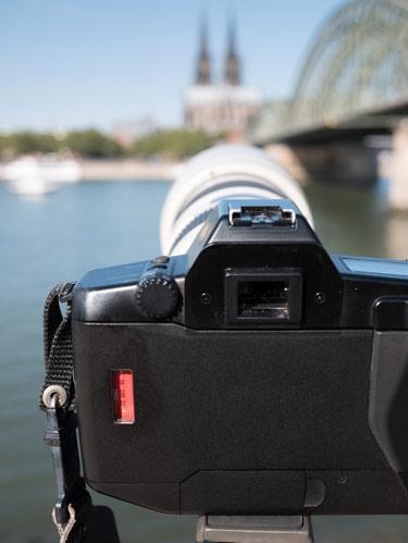 Analogkamera 650 aufgebaut am Rheinufer