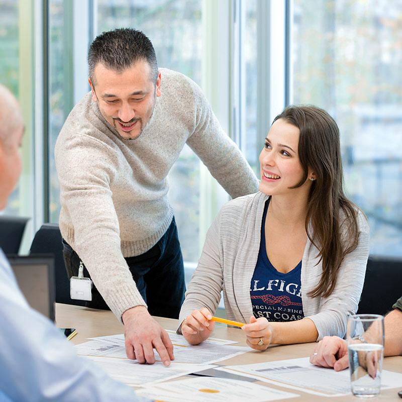 Junge Frau und Mann bei Besprechung im Büro