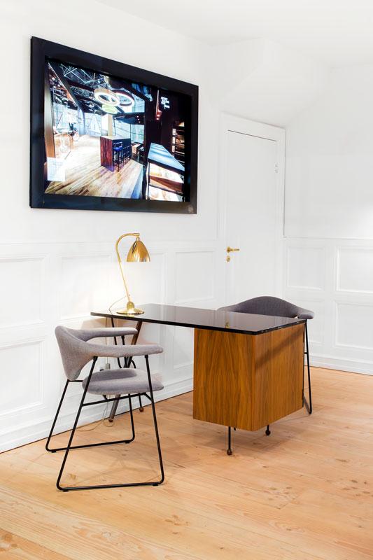 Stuhl und kleiner Schreibtisch. Möbelfoto des Interieur Fotografen