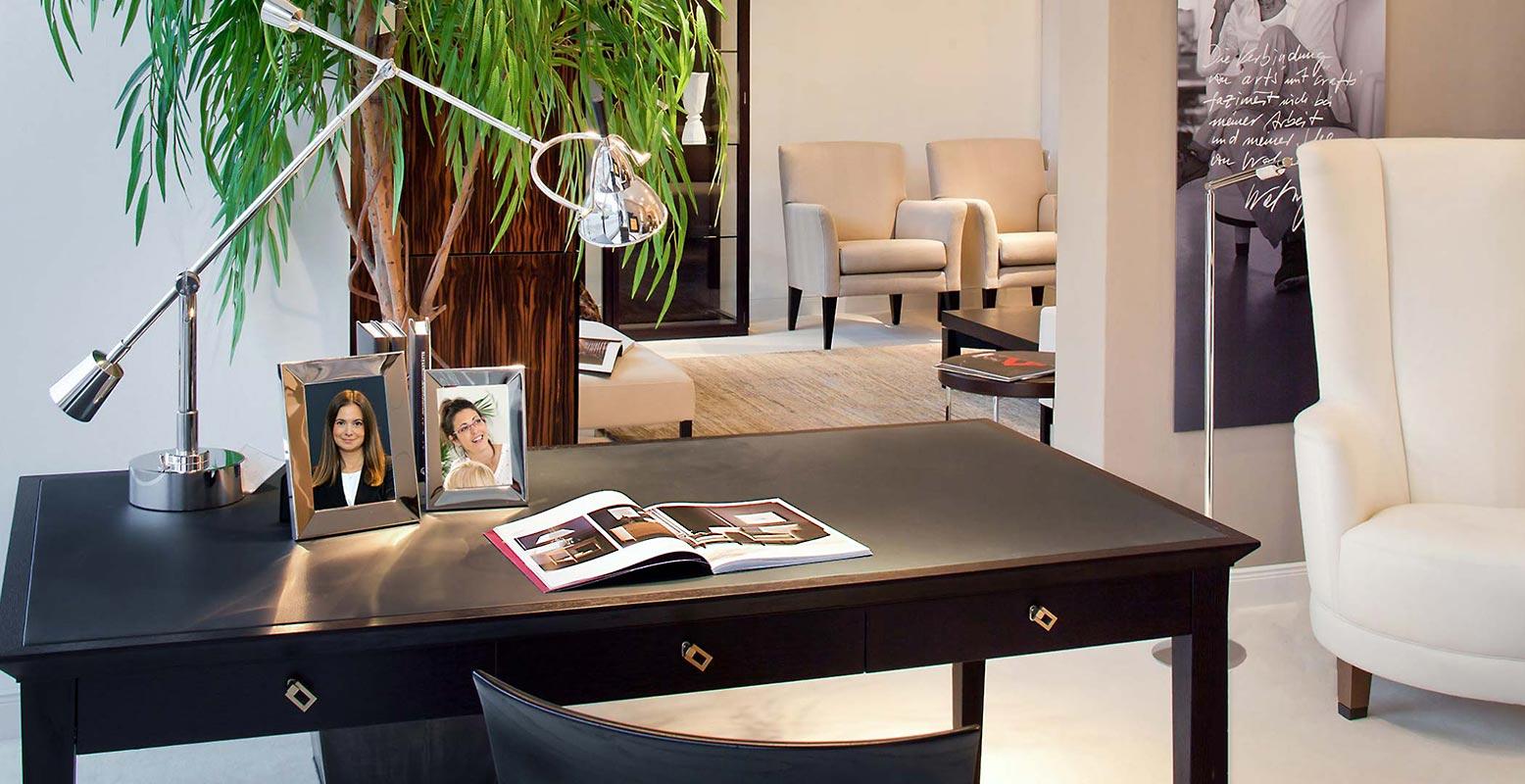 Schreibtisch und Interieur im Innenraum. Fotograf für Möbel