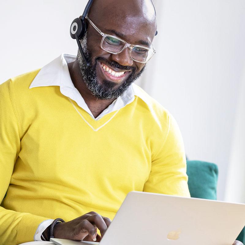 Business Portrait eines Mannes am Notebook in Koeln