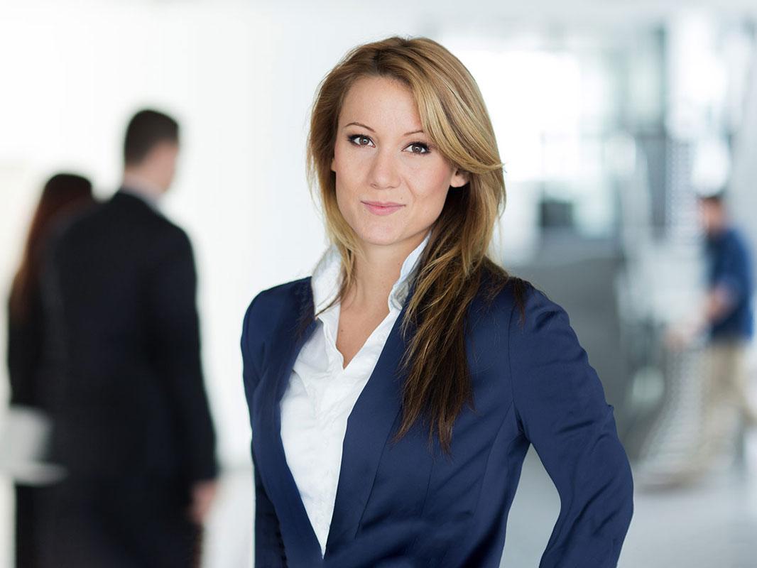 Junge Business Frau. Fotografiert im Raum Siegen von Dirk Baumbach.