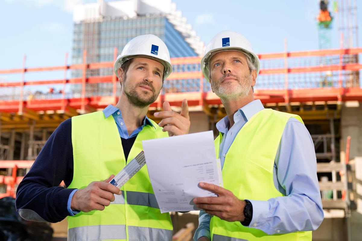 Bauarbeiter im Gespräch. Foto Dirk Baumbach, für Medfacilities in Köln.