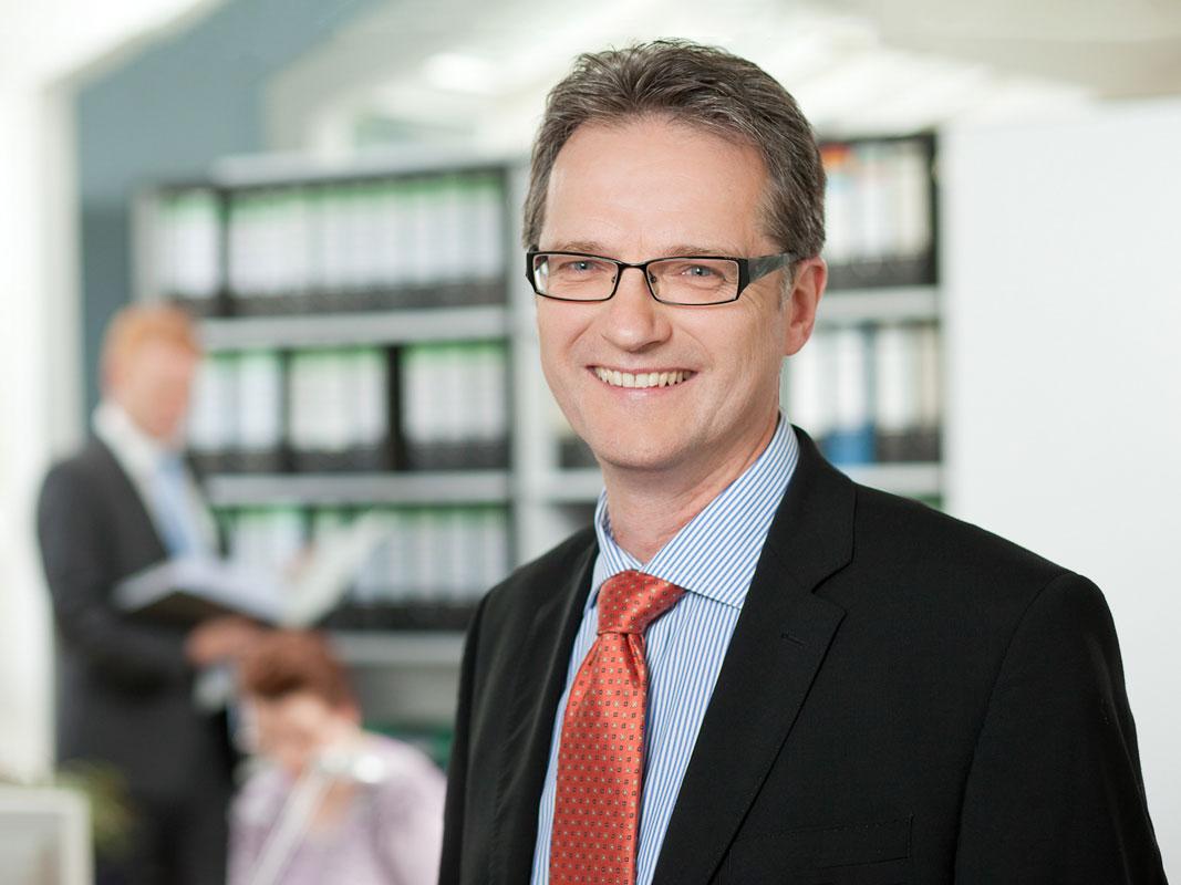 Manager Portrait im Kölner Büro. Fotograf Dirk Baumbach.
