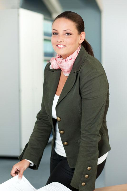 Mitarbeiterin im Kölner Büro. Portrait Foto von Dirk Baumbach.
