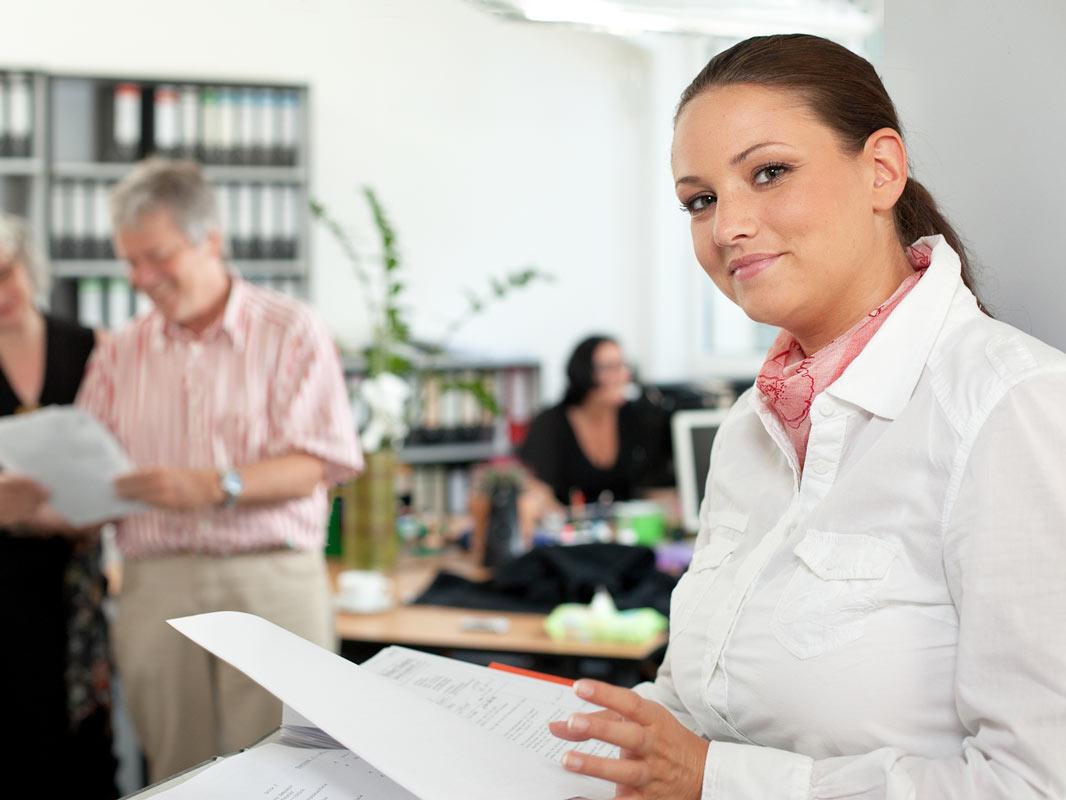 Junge Frau im Büro. Fotobeispiel des Kölner Fotografen