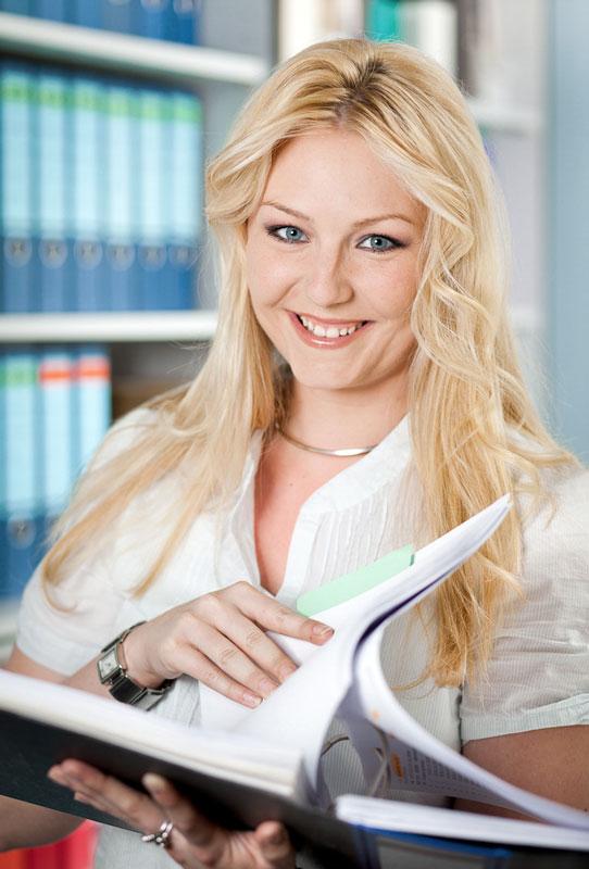 Portraitfoto Beispiel am Arbeitsplatz. Mitarbeiterin aus Köln.
