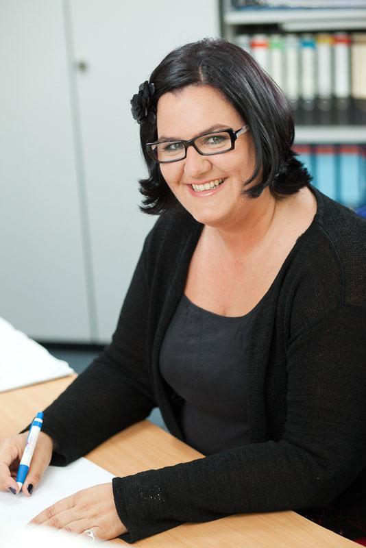 Frau am Schreibtisch. Büro Foto Beispiel des Fotografen in Köln.