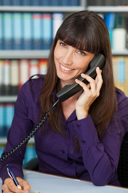 Portrait Foto einer Mitarbeiter am Telefon im Büro, in Köln.