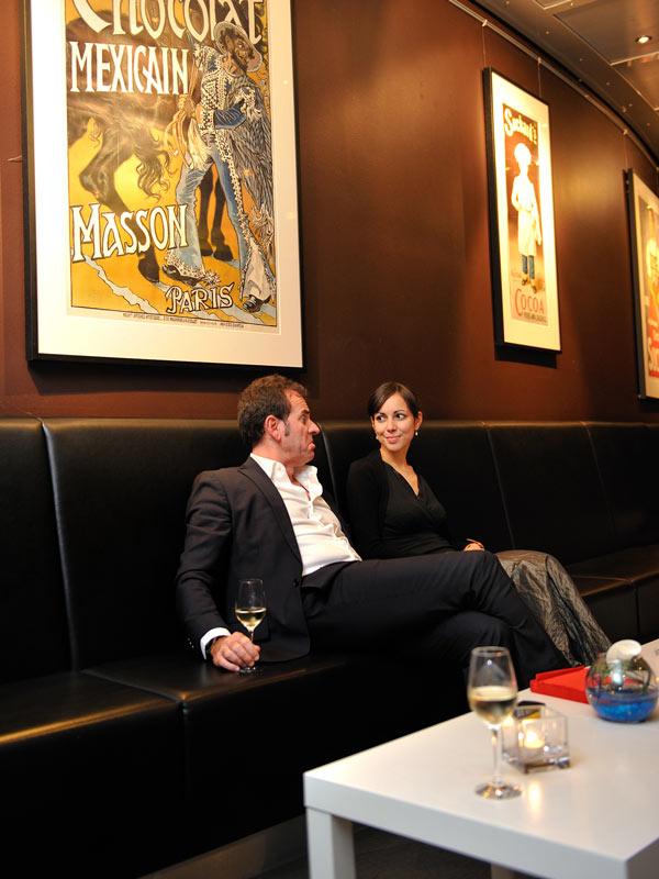 Gäste, Paar im Lounge Bereich beim Sektempfang in Köln