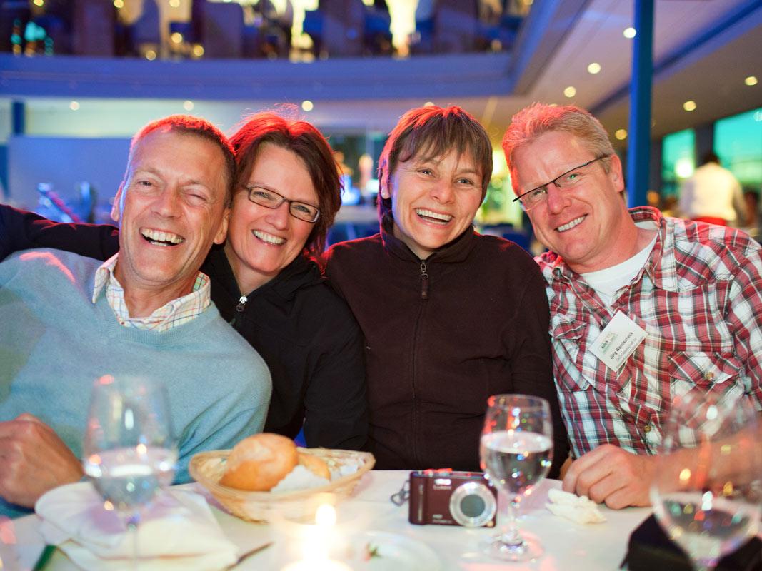 4 Gäste lachend auf dem Event des Rheinschiffs