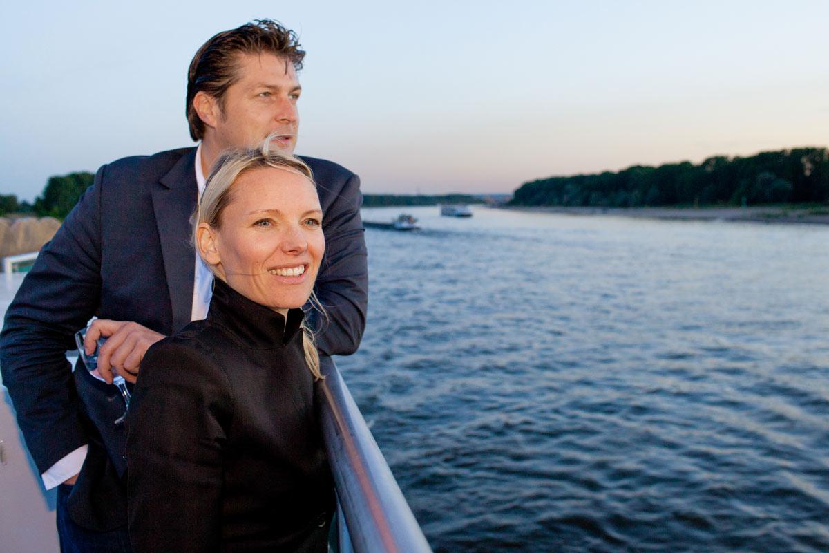 Gästen bei der Kölner Schiffstour blicken auf den Rhein