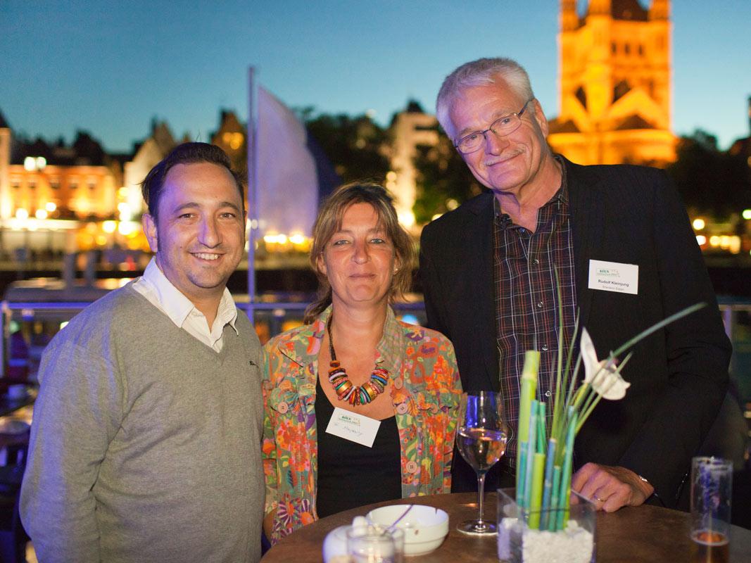 Zwei Männer und Frau. Abendstimmung vor dem Alter Markt in Köln. Foto: Eventfotograf Dirk Baumbach.