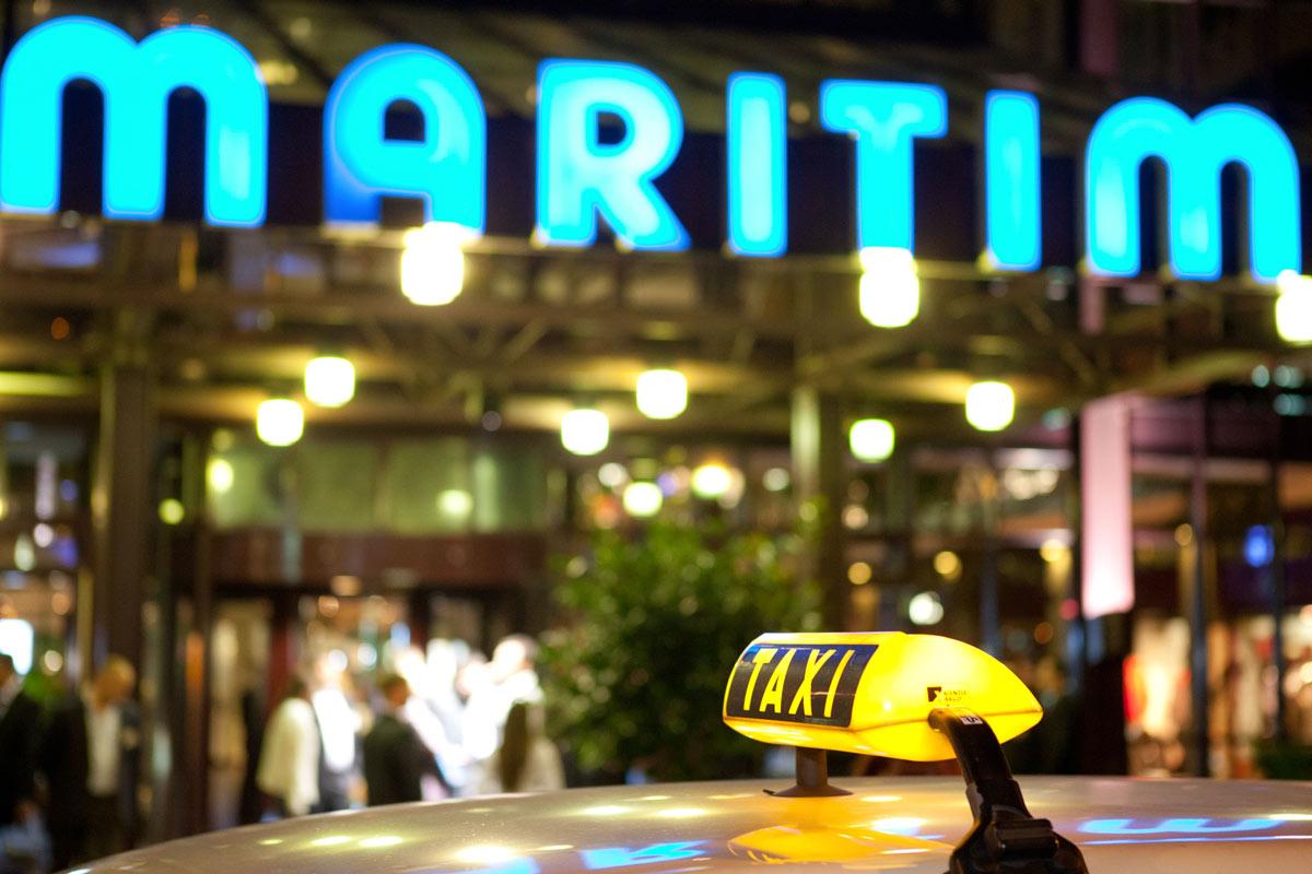 Taxi vor dem Maritim Hotel in Köln