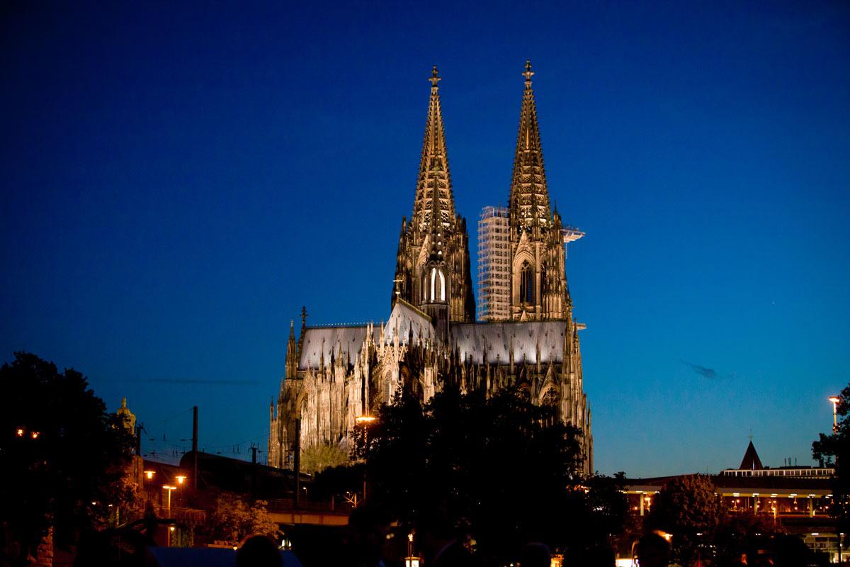 Kölner Dom bei Abenddämmerung