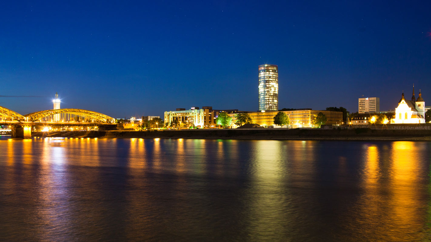 Foto vom Rheinufer, Köln Rechtsrheinisch. Links ist im Bild die Hohenzollernbrücke zu sehen