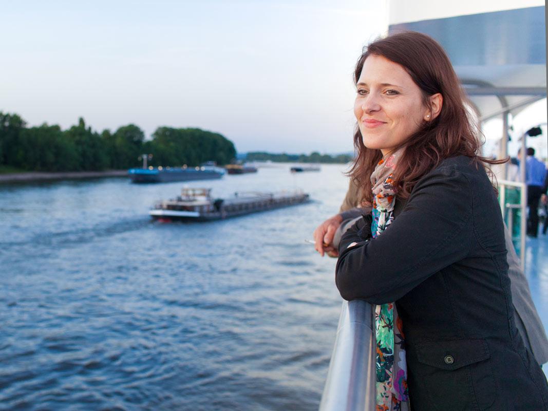 Frau: Foto einer Schiffstour der KD in Köln. Eventfotografie Bild.