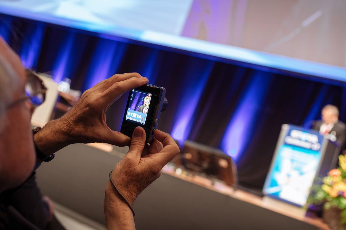 Gast fotografiert mit seiner Kamera die Stuva Tagung in Köln