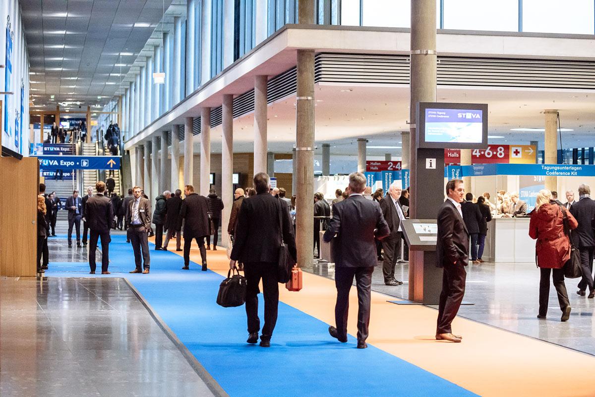 Eingang Messe. Personen am Eingang der Expo.