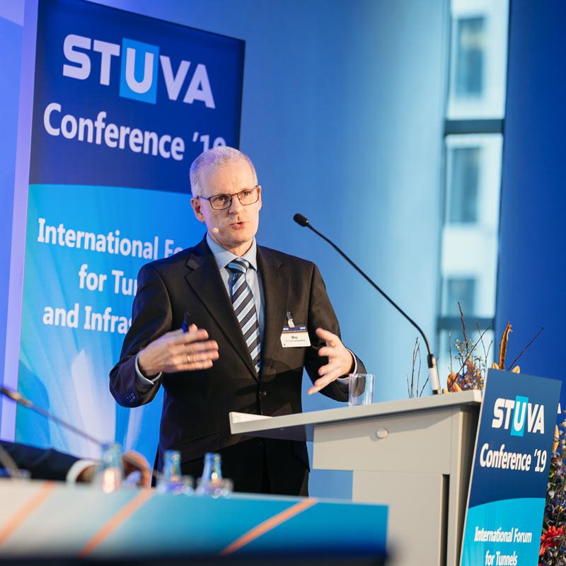 Redner am Podium der Stuva Converence Köln