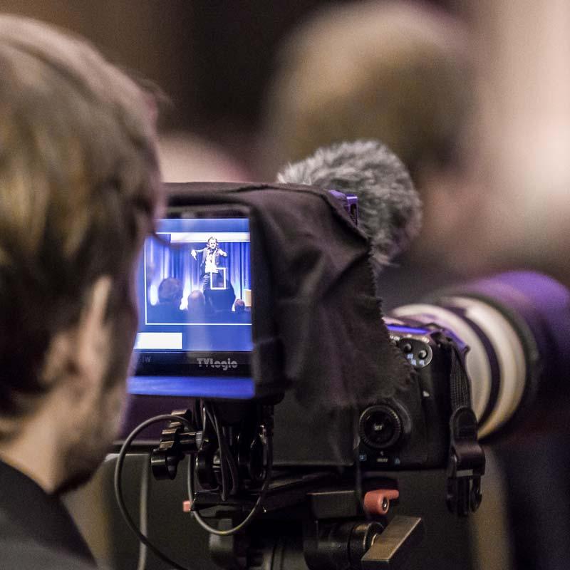 Veranstaltungsfotograf mit Monitor und Kamera in Köln