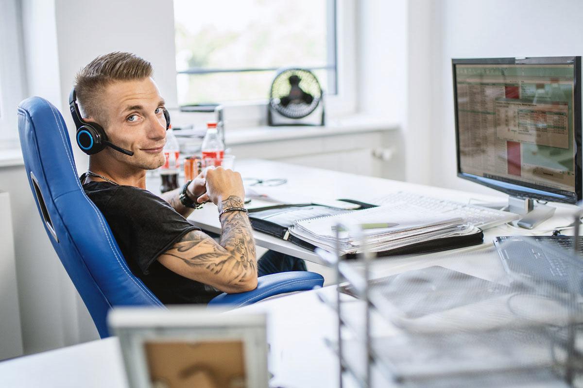 Fotograf aus Köln Mann im Büro am Schreibtisch mit Headset