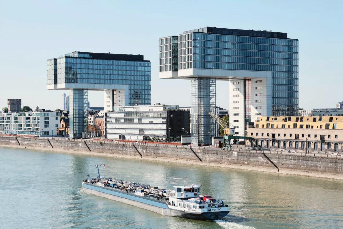 Krahnhäuser in Köln und Schiff auf dem Rhein