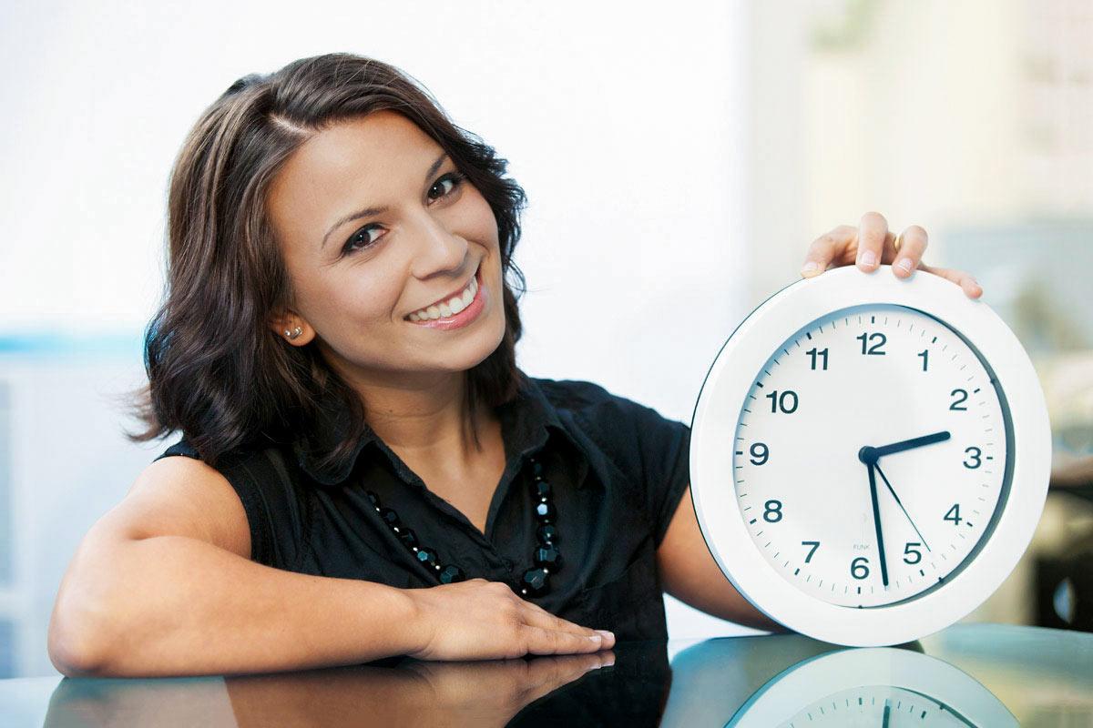 Frau mit Uhr - Mitarbeiterfoto Fotograf Köln
