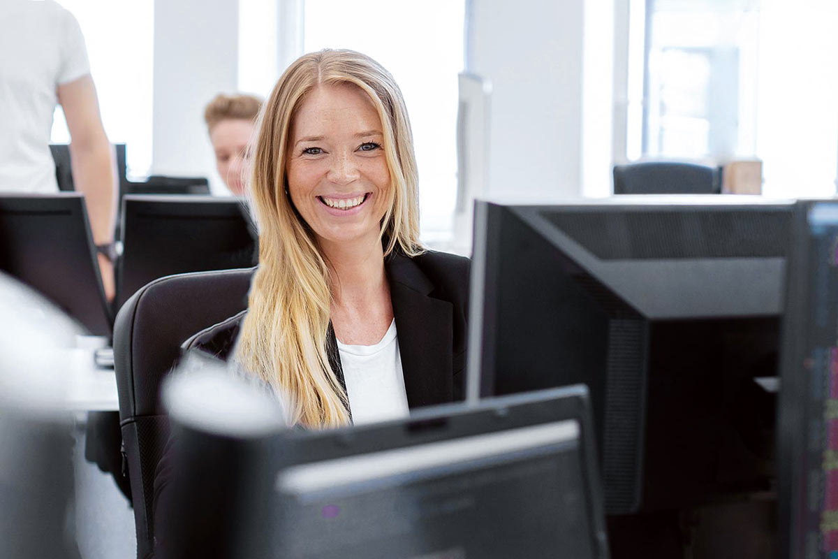 Frau am PC Fotografie im Kölner Büro